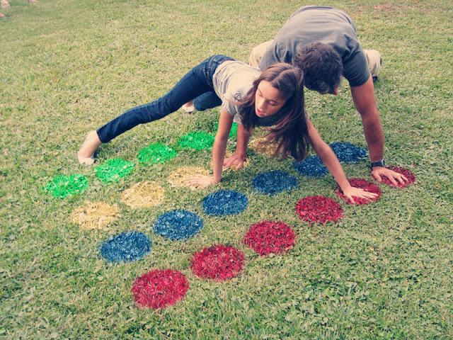 Как креативно развлечь детей на даче: улица - твистер на траве