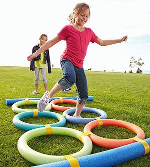 Как креативно развлечь детей на даче: улица, полоса препятствий
