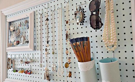 рамка для украшений с деревянным задником и гвоздями