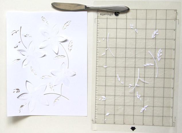 Кладем шаблон на мат/стопку газет и аккуратно вырезаем дизайн по линиям коротким острым ножом