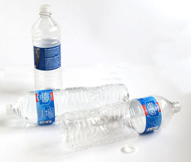 убираем полностью этикетку с пластиковой бутылки и все следы от нее