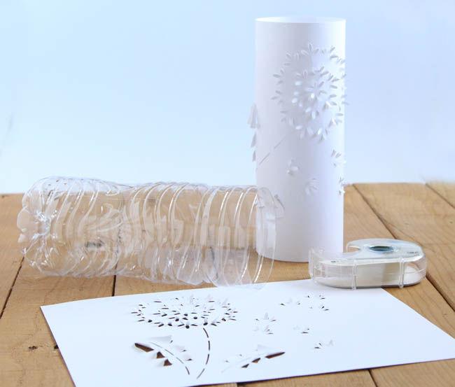 Готовую бутылку оборачиваем резной бумагой, сзади сводим края бумаги встык