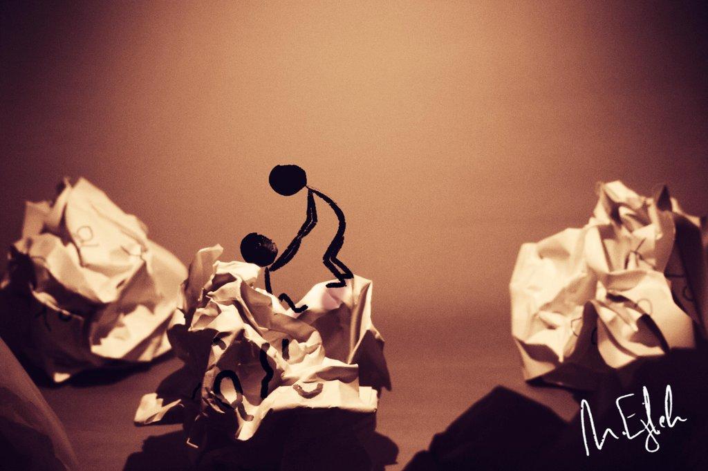 3D рисунок (объемный) на бумаге: давай смываться отсюда - рисованные человечки вылезают из скомканной бумаги