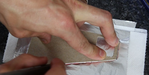 обведите аккуратно (чтобы не порвать фольгу) ручкой или маркером внешние контуры шаблона