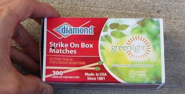 в крышке коробочки немного сбоку проделайте точечное отверстие