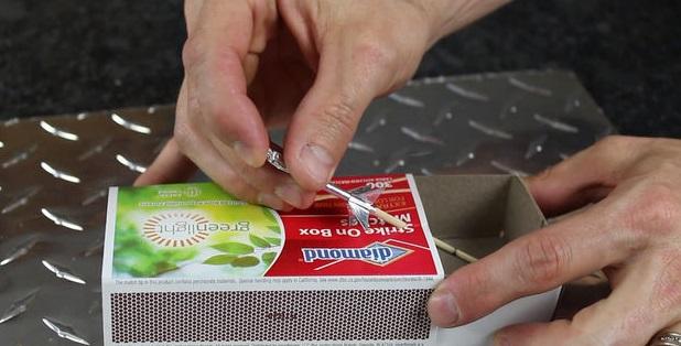 вставьте шампур в отверстие в коробке под нужным углом