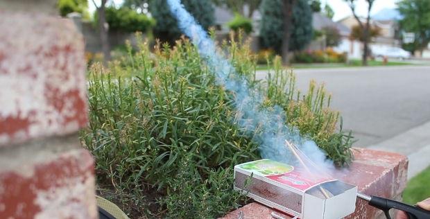 оптимальнее всего использовать специальную зажигалку с удлиненным носиком для газовой плиты и поджигать ракету сбоку