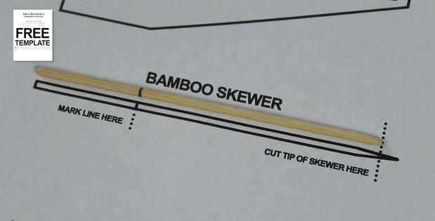 Перенесите отметки с распечатанного шаблона на деревянный шампур, зате обрежьте острый кончик шампура