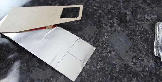 Прорежьте в шаблоне квадрат по наметке