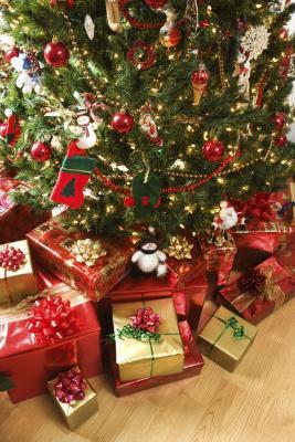 украшенная новогодняя елка с подарками