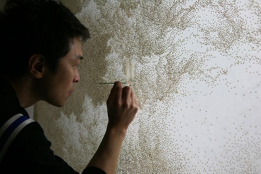 Джихьюн Парк (Jihyun Park) – корейский художник за работой: создание картин путем прожигания отверстий в бумаге