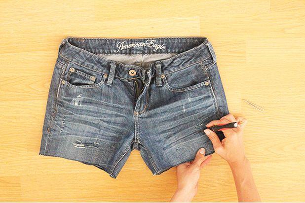 Приподнимите верхнюю часть первой штанины у шорт, сделайте горизонтальные разрезы