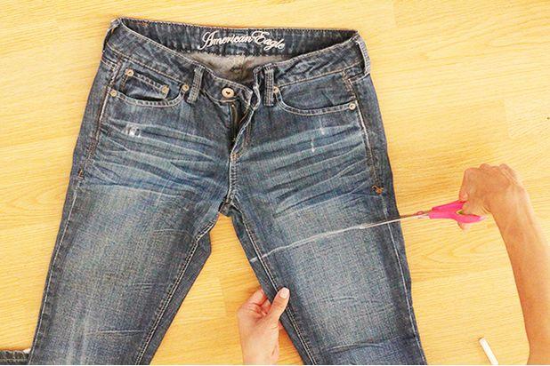 Мелом нарисуйте ровную линию поперек одной штанины