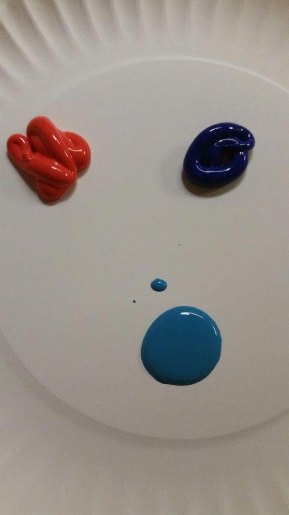 выдавите немного разной краски на тарелку