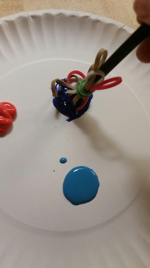 окуните кисточку из резинок в краску