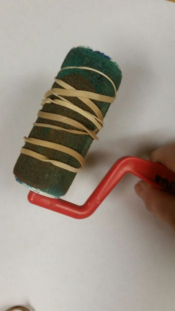 Оберните 4 или более резинок вокруг валика для краски