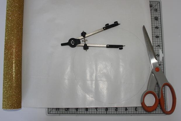 На тыльной стороне листа циркулем нарисуйте круги разных диаметров