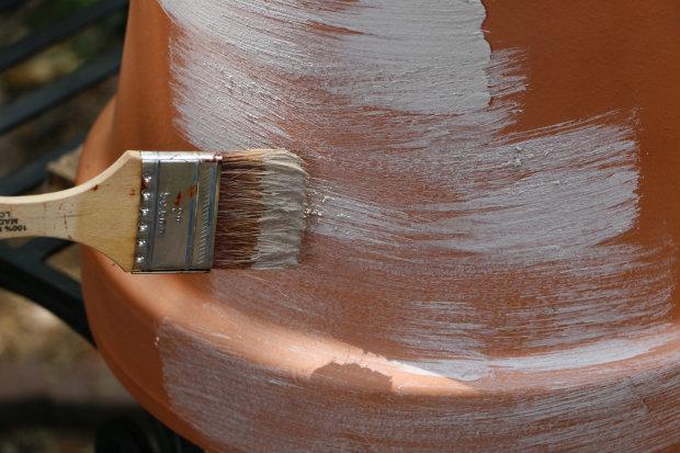 неровно распределите пасту из известняковой муки по поверхности горшков