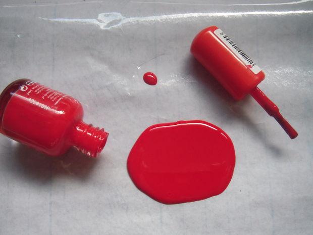 когда будете довольны размером и формой пятна, на ту же пленку набок положите открытую бутылочку с остатками лака и рядом кисточку в крышке от тюбика с лаком