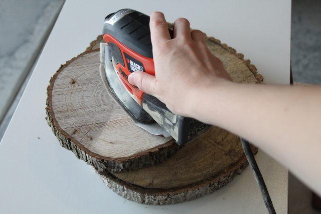 Горизонтальные плоскости деревянных дисков ошкуриваем до идеальной гладкости