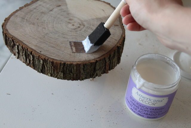 Поролоновой кистью покрываем всю поверхность дерева – полностью, и с боков тоже – лаком или полиуретаном
