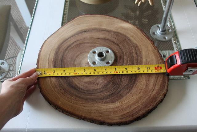 рулеткой или сантиметром через центр каждого диска померяйте расстояние между самыми удаленными друг от друга точками «окружности», найдя между ними середину