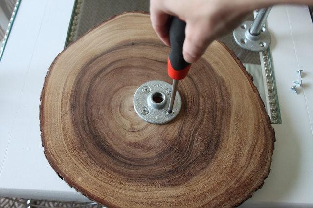 Ставим первый фланец на самый крупный деревянный диск
