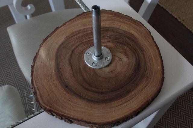 Ставим на рабочую поверхность самый крупный диск фланцем вверх, во фланец вставляем или ввинчиваем первый штырь-трубу
