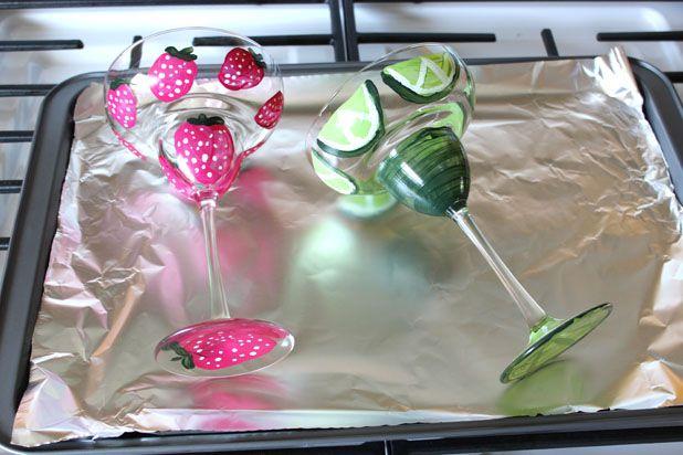 Проложите поддон из духовки алюминиевой фольгой, положите высохшие бокалы на нее
