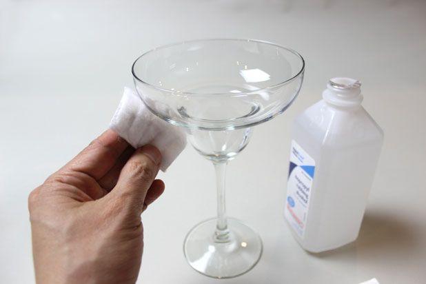 очистите поверхность стекла ватными шариками или дисками, смоченными спиртом
