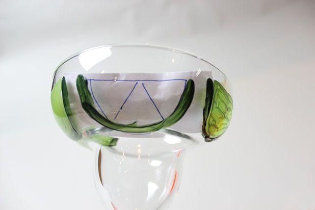 Окуните узкую кисточку в эмаль и перерисуйте узор на стекло