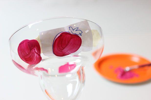 перерисуйте клубнику на бокал по шаблону