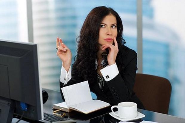 красивая девушка работа думает офис записать в ежедневник бизнес леди