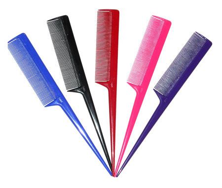 обычная плоская расческа с длинной ручкой