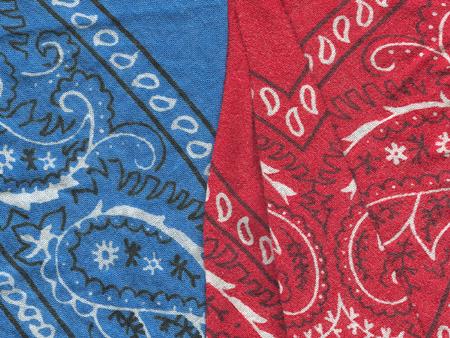 Повяжите сине-голубую или красную бандану, либо клетчатый носовой платок вокруг шеи