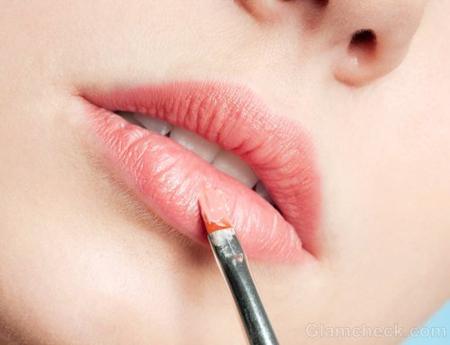 Используйте чистую кисточку или чистый хлопковый тампон, чтобы наносить помаду – не подкрашивайте губы напрямую из тюбика