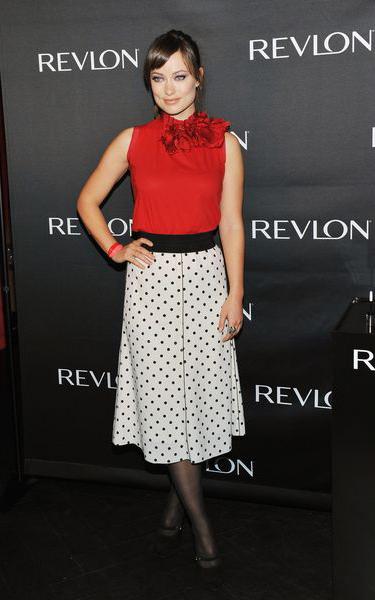 Узор в горошек – идеальный способ трансформировать самую заурядную красную блузу в нечто шикарное в стиле ретро