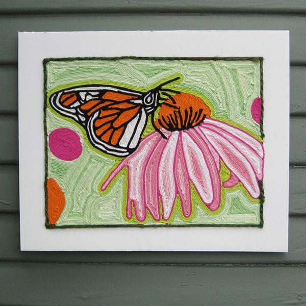 Картина нарисованная пряжей: бабочка на цветке