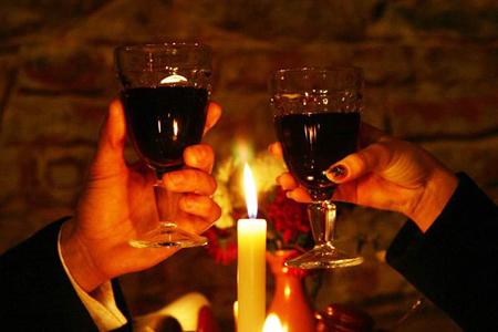 Откровенная беседа за бокалом вина при свечах