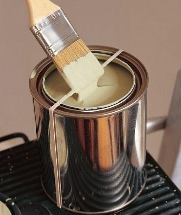 закрепите сверху по диаметру отрытой банки с краской жесткую и толстую резинку/ленту