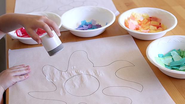 наносим клей на рисунок солнышка цветная бумага в пиалах кусочки ребенок
