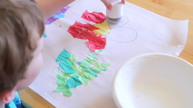 наклеивание тонкой цветной бумаги на контуры рисунка на вощеной бумаге кальке ребенок
