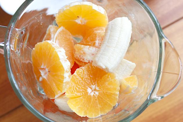 дольки апельсина и банана в чаше блендера