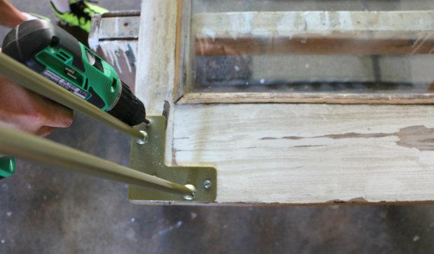 крепим ножки по углам бывшей двери