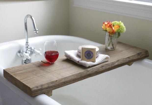 Как сделать для нее столик-полку с особыми дополнениями для ванны: пазух под бокал вина