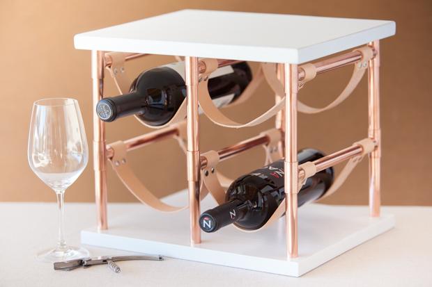 Как сделать настольную стойку для вина из медных труб, дерева и полосок кожи