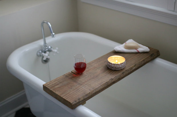 готовый столик для ванной с выпиленным углублением под бокал вина и подставкой под книгу своими руками