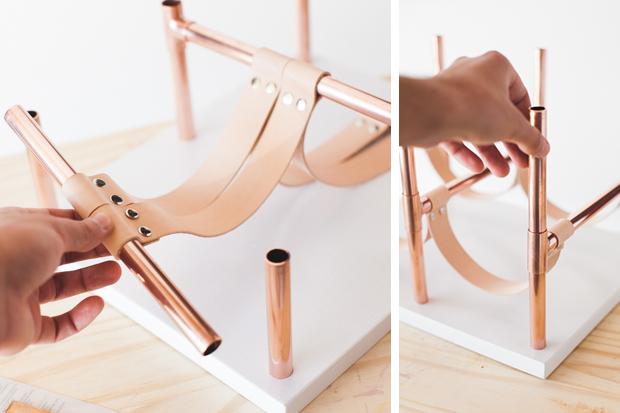 Наденьте готовые кожаные держатели на горизонтальные трубы