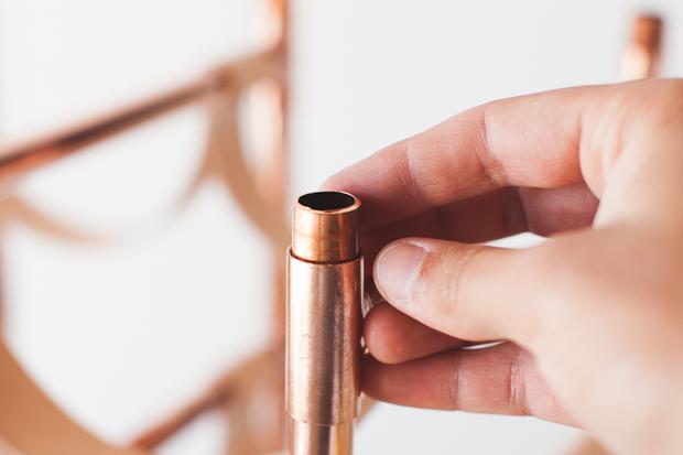 В верхние Т-соединители по вертикали вставьте трубы по 2,54 см в длину