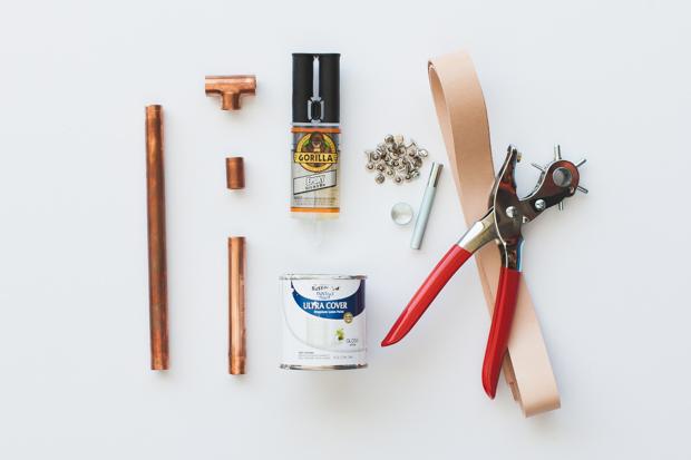 Инструменты и исходные материалы для создания настольной стойки для вина из медных труб, дерева и полосок кожи
